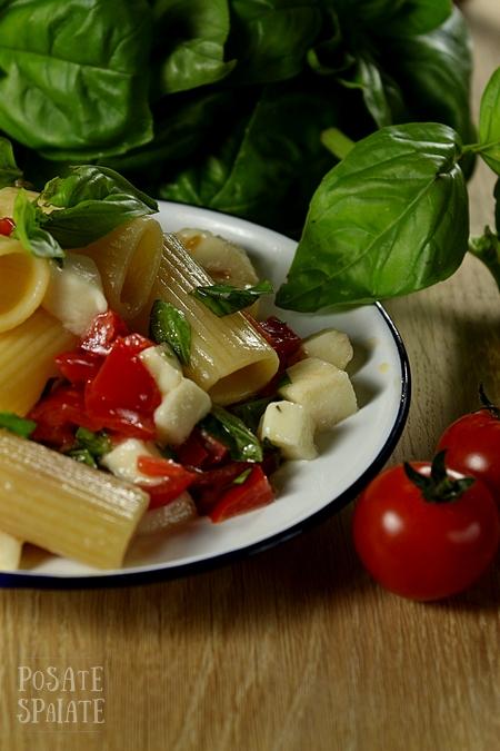 La pasta pomodoro, mozzarella e basilico