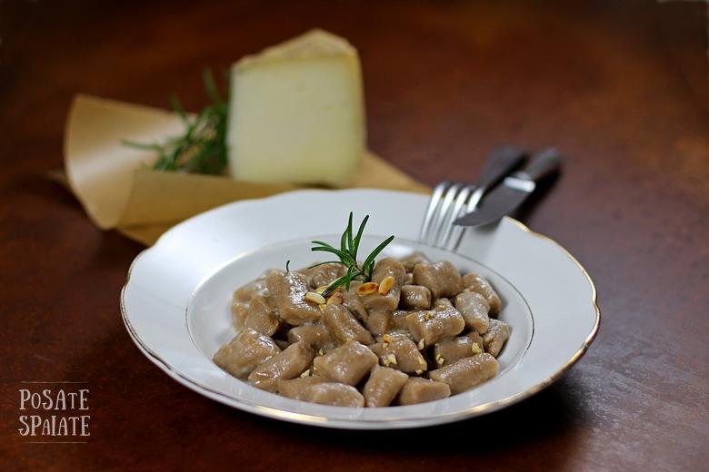 Gnocchi di farina di castagne, olio al rosmarino e pinoli_Posate Spaiate