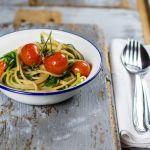 Spaghetti con agretti, aglio fresco e pomodorini