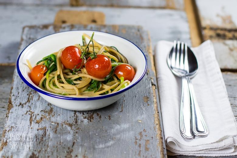 Spaghetti integrali con agretti, aglio fresco e pomodorini