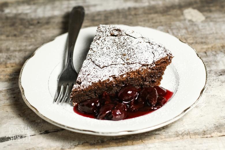Torta al cioccolato con salsa alle ciliegie_Posate Spaiate