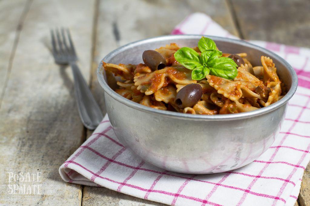 Farfalle pomodoro, olive e basilico_Posate Spaiate