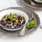 Quinoa nera con asparagi, ceci e germogli di soia