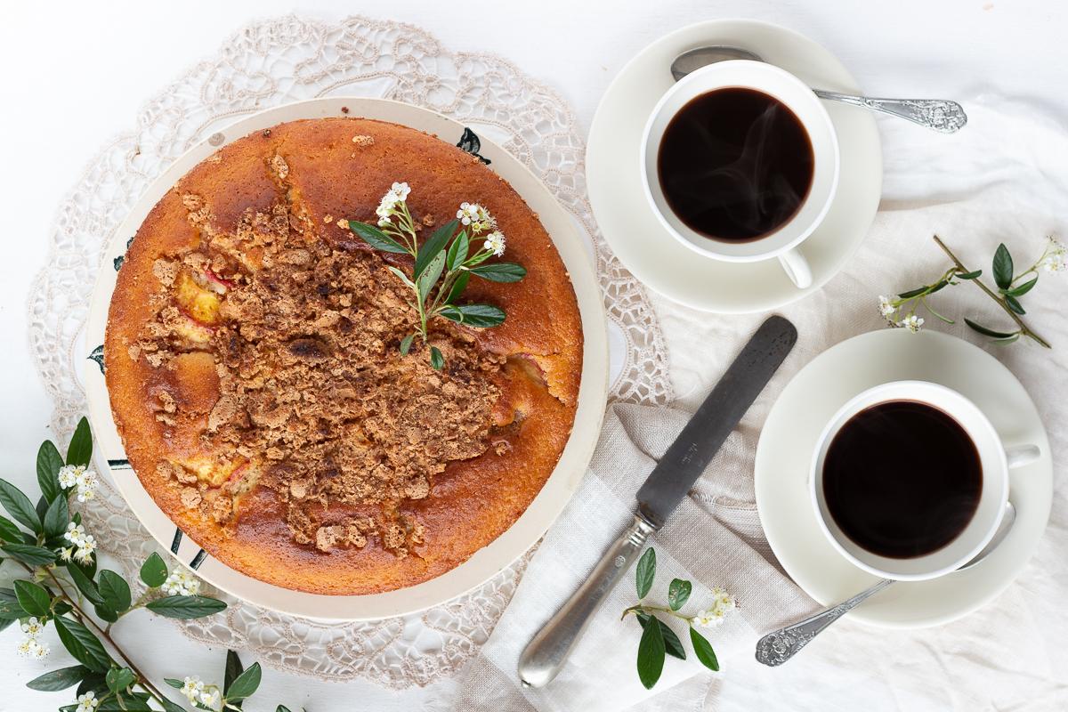 torta allo yogurt con pesche e amaretti_Posate Spaiate